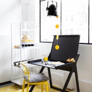 Designerskie, czarne biurko K DESIGNER KIDS DESK ma zamykany blat, dzięki czemu dziecko z łatwością utrzyma porządek w miejscu pracy. Ok. 3.013 zł. Fot. Rafa Kids