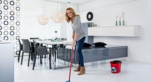 Poprzedzające Święta porządki wcale nie muszą trwać w nieskończoność. Uważnie planując kolejnośćprac w zaledwie tydzień wysprzątamy całe mieszkanie na błysk.
