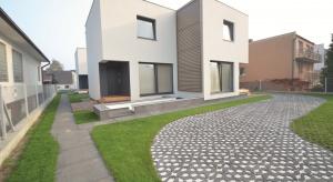 Nawierzchnie utwardzone to niezbędny element otoczenia domu. Podjazdy, ścieżki i ogrodowe alejki pozwalają na wygodne poruszanie się, chronią otaczającą roślinność przed zniszczeniem, ale też porządkują i dekorują przestrzeń.