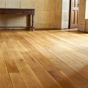 Drewniana podłoga we wnętrzu: jak o nią dbać?