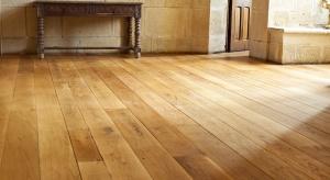 Drewniana podłoga nieustannie króluje we wnętrzach. Wyjątkowo prezentuje się zarówno w przestrzeniach klasycznych, jak i bardziej nowoczesnych.