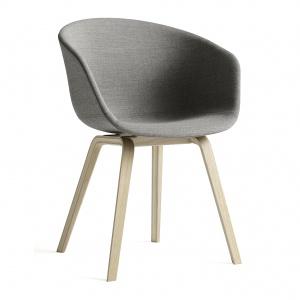 Lekki fotel ABOUT A CHAIR sprawdzi się w jadalni i salonie. Siedzisko może być tapicerowane jedynie wewnątrz lub w całości. 1.659 zł. Fot. Hay