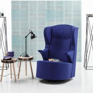 Zaprojektowany, by być ulubionym meblem w domu fotel POEM ma delikatnie zaokrąglone oparcie i wyprofilowane podłokietniki, co zapewnia doskonały wypoczynek. Na zamówienie. Fot. Brühl