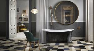 Materiałów i sposobów wykończenia podłogi w łazience jest wiele. Wciąż najpopularniejszym rozwiązaniem są płytki ceramiczne, które nie muszą być jednak nudne i powtarzalne.