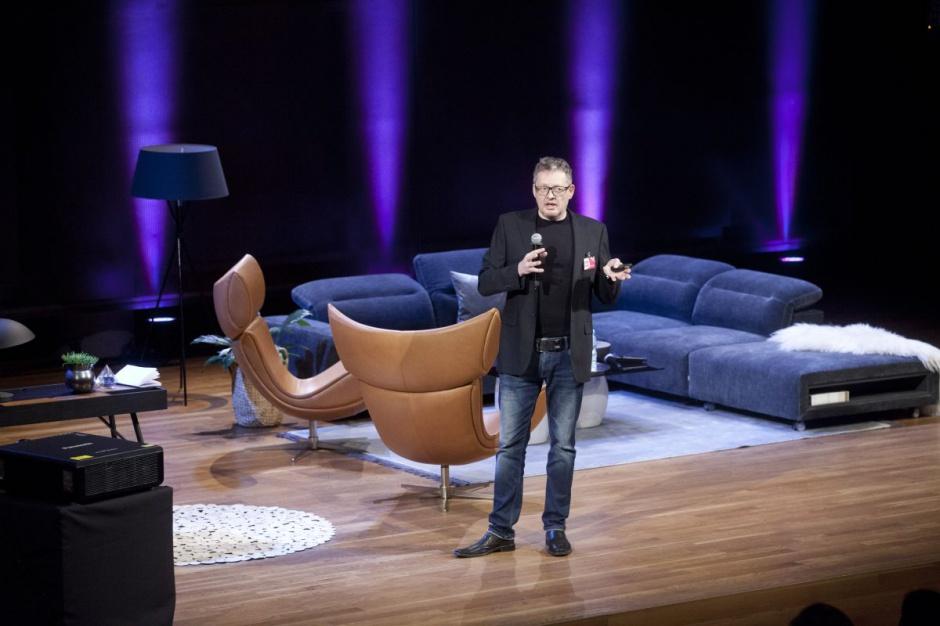 Henrik Pedersen na scenie wraz z produktami swojego autorstwa. Fot. Paweł Pawłowski/PTWP