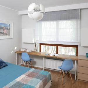 Piekna biała sypialnia została udekorowane błękitną narzuta i kolorowymi krzesłami. . Projekt: Anna Maria Sokołowska. Fot. Bartosz Jarosz