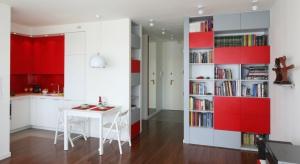 Mała kuchnia z salonem to bardzo modne rozwiązanie. Zobaczcie jak urządzają ją architekci.