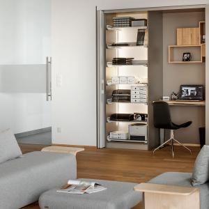 Po otwarciu frontów szafy znajdziemy niewielkie, ale wygodne biurko i sporo miejsca na przechowywanie dokumentów. Fot. Peka