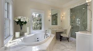 Który naród bierze kąpiel przy oknie? Dlaczego brytyjskie umywalki wyposażone są w dwa krany? Jak inteligentna może być japońska toaleta i dlaczego w chińskiej łazience zawsze jest mokro?