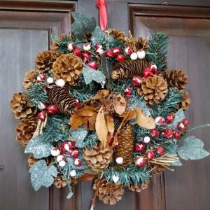 Wieszając wieniec adwentowy na drzwiach nie tylko ozdabiamy nasz dom, ale także dbamy o symbolikę związaną z Bożym Narodzeniem. Światło świec w wieńcu oznacza nadzieję. Zieleń stanowi symbol trwającego życia. Natomiast kształt kręgu symbolizuje wieczność. Fot. Jadar