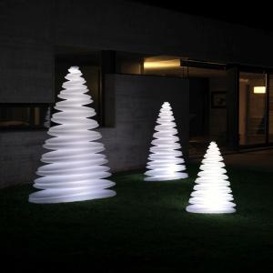 Całą kolekcje tworzy kilkanaście lamp w różnych rozmiarach i wariantach kolorystycznych. Cena ok. 6.000 zł (wym. 150x54x200 cm). Fot. Galeria Ekskluzywnych Mebli Heban