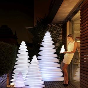 Designerska lampa Chrismy powstała z plastycznej żywicy polietylenowej. To uniwersalne rozwiązania do domów, tarasów, czy ogrodów. Fot. Galeria Ekskluzywnych Mebli Heban