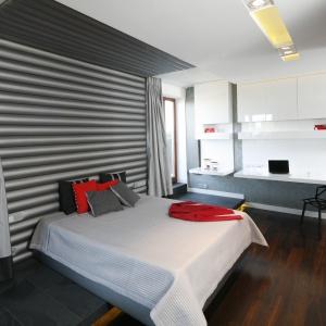 W tej sypialni bardzo funkcjonalnie wydzielono przestrzeń do pracy. Projekt: Katarzyna Kiełek, Agnieszka Komorowska-Różycka. Fot. Bartosz Jarosz