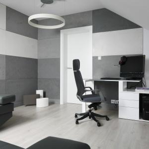 Domowe biuro urzązono w spokojne kolorystyce. Prym wiedzie tu kolo szary. Projekt: Marta Kilan. Fot. Bartosz Jarosz