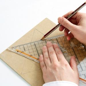 Krok 2: Przy użyciu ekierki i ołówka narysuj na tekturce gwiazdę. Jak to zrobić? Możesz nałożyć dwa trójkąty równoboczne na siebie, każdy tworzy kąt 60 stopni. Wierzchołek pierwszego trójkąta skierowany jest w górę, a nałożonego na niego drugiego trójkąta w dół.