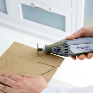 Krok 3: Przenieś tekturowy szablon na płytę MDF. Do wycięcia narysowanej gwiazdy użyj narzędzia Dremel 4200 oraz tarczy tnącej do drewna SC544 EZ SpeedClick.