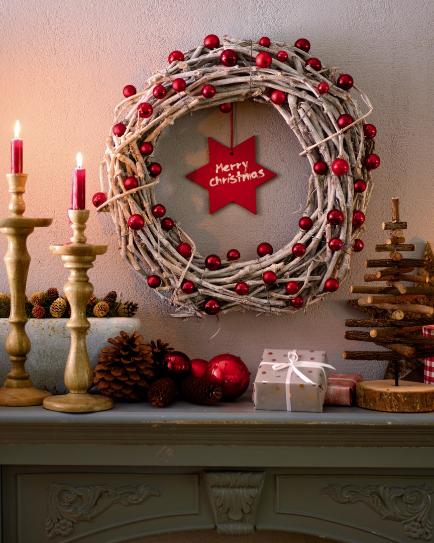 Zaprojektuj oryginalny wieniec świąteczny przy użyciu naturalnych gałęzi.