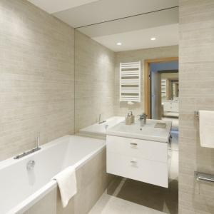 Duże lustro optycznie powiększa wygodną łazienkę. Projekt: Katarzyna Uszok-Adamczyk. Fot. Bartosz Jarosz