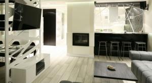 Jak przysłonić strefę roboczą w kuchni otwartej na salon? Idealnie sprawdzi się tu półwysep.