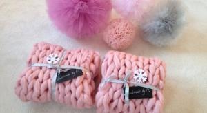 Ciepłe, miękkie i przytulne. Takie są właśnie koce i szale wykonane ręcznie z najwyższej jakości wełny owczej. Będą doskonałym prezentem dla każdego.