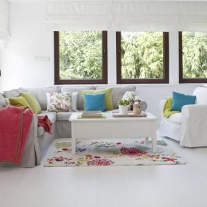 Koc Cotton Cloud Rose, poszewka na poduszkę Kinga, tkanina z kolekcja Londres, dywan Modern Flowers Cream. Fot. Dekoria.pl