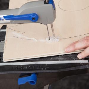 KROK 1 - wybierz dwie deseczki ze sklejki drewnianej o wymiarach 50 x 50 x 0,1 cm. Na jednej z nich naszkicuj swoją choinkę. Wytnij narysowany kształt za pomocą Dremel Moto-Saw i brzeszczotu do drewna do cięć precyzyjnych (MS52). To samo zrób z drugą deseczką.