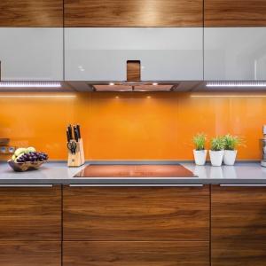 Pomysł na wykończenie ściany nad blatem kuchennym. Fot. Studio PINIO Max Kuchnie