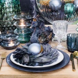 Egzotyczny charakter aranżacji podkreślą dekoracje świąteczne z kolekcji MAGIC SWAN: figurka łabędzia, wieniec z piór, bombki i girlandy. Od 27 zł. Fot. Miloo Home