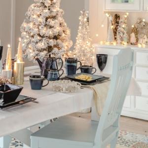 Świąteczna aranżacja stołu z wykorzystaniem produktów marki Hom&You. Fot. Hom&You