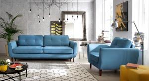 Biel zamieniamy na czerwień, a szarość na zieleń. I właśnie w takim kolorze wybieramy sofę do salonu. Zobaczcie jak pięknie prezentują się kolorowe kanapy.
