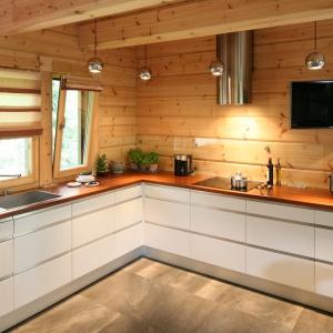 Biała kuchnia w drewnianym domu to jak widać idealne rozwiązanie. Drewniany jest również blat. Projekt: Tomasz Motylewski, Fot. Bartosz Jarosz