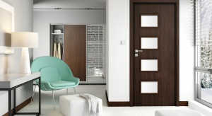Drzwi Orso to odejście od klasycznych wąskich przeszkleń. W tej kolekcji szkło ma kształt dużych prostokątów, które same w sobie stanowią wyjątkową dekorację.