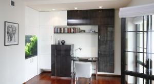 Urządzając domowe biuro zwróćmy uwagę przede wszystkim na ergonomię i dobór mebli. Złe biurko czy wysokość fotela przyczyniają się do wielu schorzeń kręgosłupa.