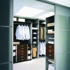 Garderoba ukryta w szafie. Fot. Komandor
