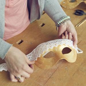 Zrób to sam: elegancka maska na Sylwestra  i karnawał - krok 2. Fot. Bosch
