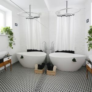 Podłoga w łazience idealnie harmonizuje z atmosferą miejsca. Wykończono ją klasycznymi płytkami z kultowej serii 1900 hiszpańskiej firmy Vives. Fot. Bartosz Jarosz