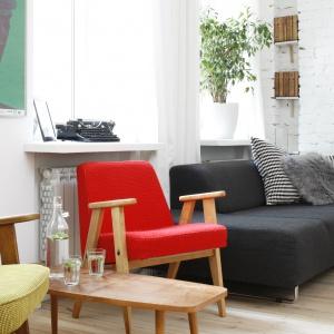 Swoistą perełką jest fotel 366 – absolutny klasyk polskiego designu z czasów PRL-u, zaprojektowany przez Józefa Chierowskiego w 1962 roku. Fot. Bartosz Jarosz