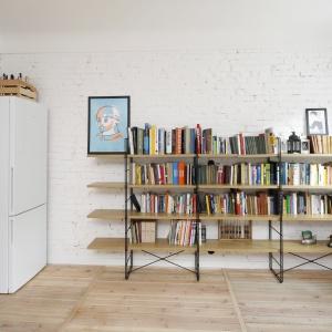 Z zabytkowymi materiałami i elementami wyposażenia wnętrza harmonizują dodatki i meble, które przykuwają wzrok żywą kolorystyką, wyeksponowaną na tle białych ścian. Fot. Bartosz Jarosz