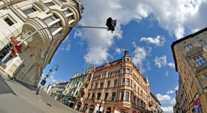 Odmienione budynki pofabryczne, odrestaurowane kamienice, ulice przemienione w woonerfy czy budynki z kolorowymi muralami, przywracają miasto na nowo do życia. Jakie rewitalizacje planuje w najbliższym czasie Łódź?