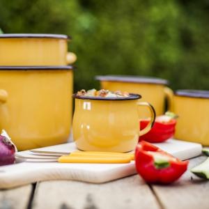 Kuchenne dodatki: kolorowe garnki na rozgrzewający gulasz