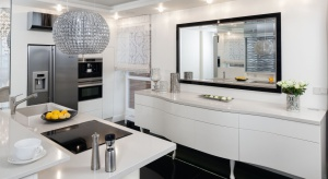 Biała kuchnia w naszych domach cieszy się niesłabnącą popularnością. I nic w tym dziwnego, skoro biel jest kolorem czystym, świeżym i niezwykle subtelnym. Dlatego tak bardzo lubimy stosować ją w naszych kuchniach.