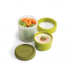 GO EAT to składany zestaw na przekąski i sosy, w którego skład wchodzi większy i mniejszy pojemnik, silikonowa pokrywka i nakładka mocująca całość. 45 zł. Fot. Joseph Joseph