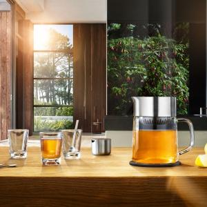 Dzbanek do herbaty TEA-JANE składa się z dwóch elementów: szklanej części oraz nakładki zamykanej pokrywką razem z zaparzaczem. 499 zł. Fot. Blomus