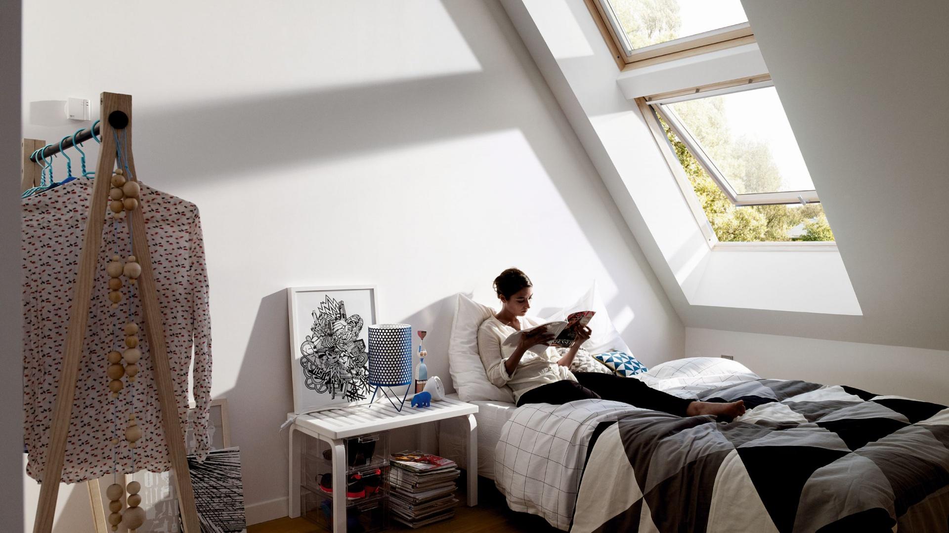 Okno dachowe GPL z pakietem wyciszania deszczu gwarantuje spokojny sen, można uchylić nawet do kąta 45° i swobodnie przez nie wyglądać. Od 2.674 zł, Velux