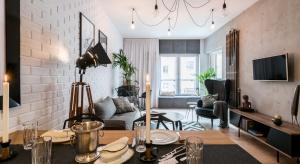 """Mieszkanie w stylu industrialnym można zaaranżować na tyle sposobów, ilu właścicieli loftów. Student, para, rodzina z dzieckiem - zobacz trzy propozycje metamorfoz apartamentu pokazowego Nowej Papierni, w wykonaniu dekoratorek z bloga """"Pani to po"""