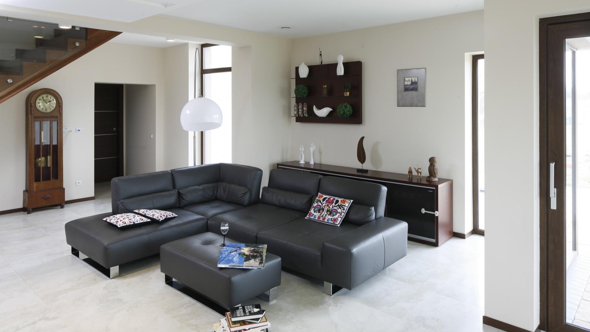 Wnętrze w klasycznym stylu wypełniły eleganckie, czarne meble. Projekt: Piotr Stanisz. Fot. Bartosz Jarosz