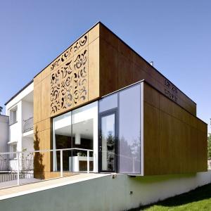 Po modernizacji dom prezentuje się bardzo nowocześnie. Wysunięty parter umożliwił zorganizowanie wejścia do domu od frontu, a nie jak poprzednio - z boku. Fot. Jeremi Buczkowski