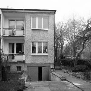 Dom przed modernizacją był typowym domem-kostką, niewyróżniającą się z otoczenia. Fot. Kluj Architekci