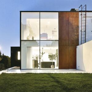 Szkło świetnie komponuje się z panelami fornirowanymi naturalnym drewnem. Fot. Jeremi Buczkowski
