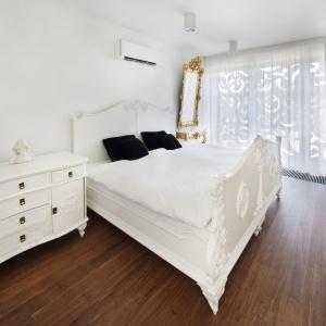 Stylizowana sypialnia jest niezwykle elegancka i komfortowa. Wycinanka zasłaniająca okno stanowi praktyczną zasłonę i oryginalną dekorację. Fot. Fotoarchitektura Anna Gregorczyk
